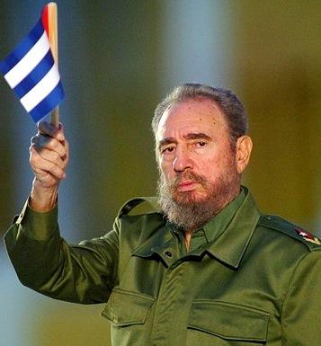 Foto de Fidel Castro con bandera de Cuba