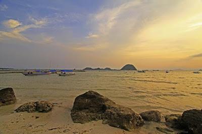 Pantai Pasir Putih dan Pulau Condong