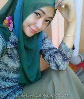 Foto Cewek Cantik pakai kerudung dan pakai baju batik