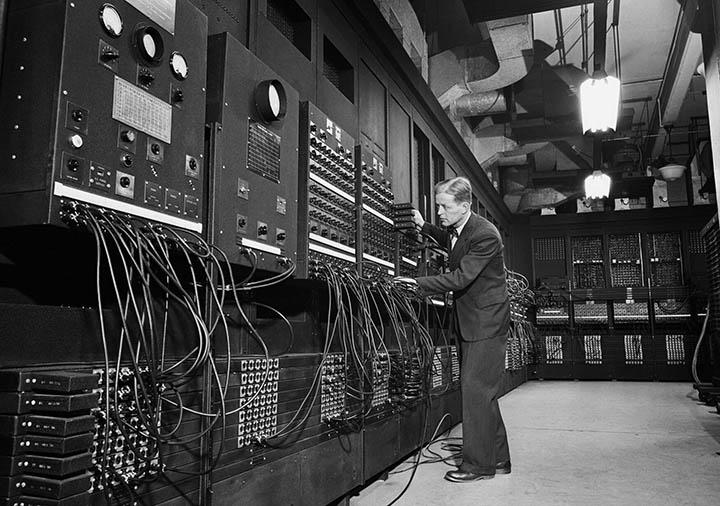 ENIAC (Electronic Numerical Integrator and Computer) - один из самых продвинутых военных «компьютеров» середины 20 века