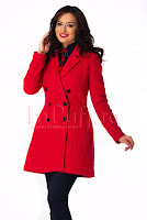 Palton rosu din lana cu blana neagra la gat