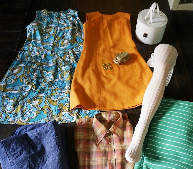 une robe en lin années 60 , des collants sixties , une boite à bijou des années 70 qui va être recylée en sac à main, une robe à fleur années 70 , une ceinture dorée , des boucles d'oreille , une chemise à carreaux seventies , et du tissu ... je commence une robe avec le rayé .  60s orange linen dress , 70s cotton floral dress, 1970s jewellery box , 1960s tights ( stripe and fishnet ) , plaid shirt , fabrics ( I start a new dress with the green striped one)