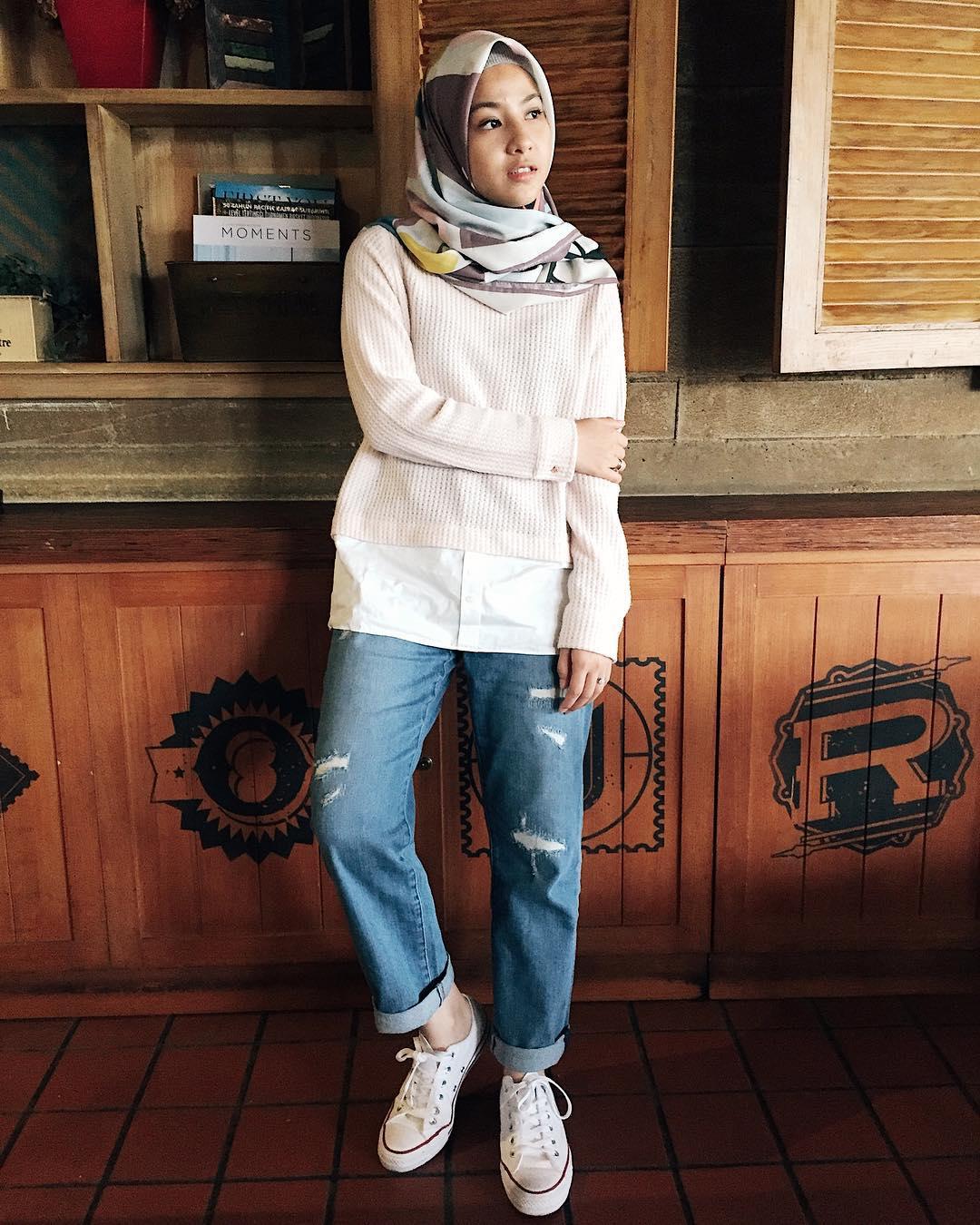 Outfit Baju Remaja Berhijab Ala Selebgram 2018 sweater rosegold kemeja top kets sneakers putih merah jeans longpants denim sobek sobek biru muda ciput rajut abu abu hijab segi empat ungu cream tua bercorak model warna gaya simple casual bahan kain wools cashmere ootd