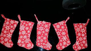 Pięć skarpetek bożonarodzeniowych, które można powiesić nad kominkiem. Łatwe szycie to łatwe projekty.