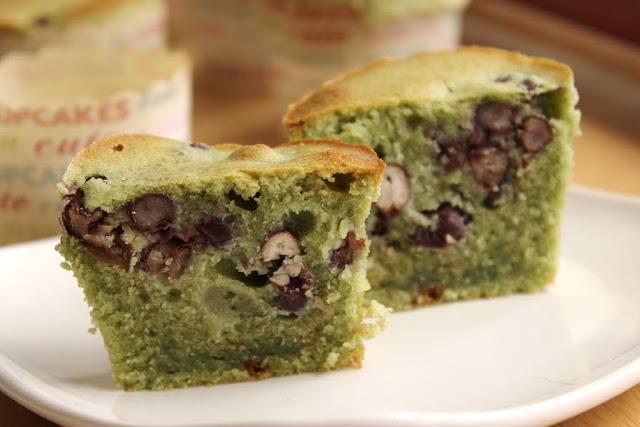 Green tea cup cake with red bean