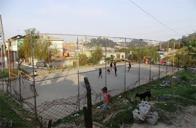 Este é o único lugar público que os moradores do Conjunto Residencial Bandeirantes, no Jaraguá, têm para se divertir