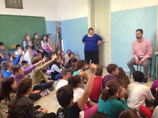 Μαθητές με σηκωμένα χέρια περιμένουν να κάνουν ερωτήσεις στο Βαγγέλη