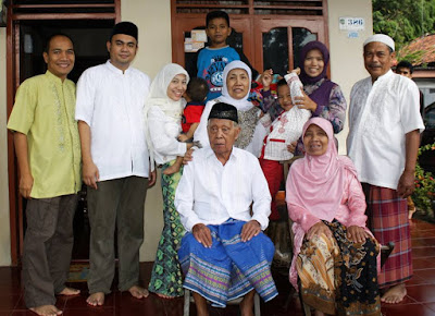 Foto keluarga kami, ketika masih lengkap 4 generasi.