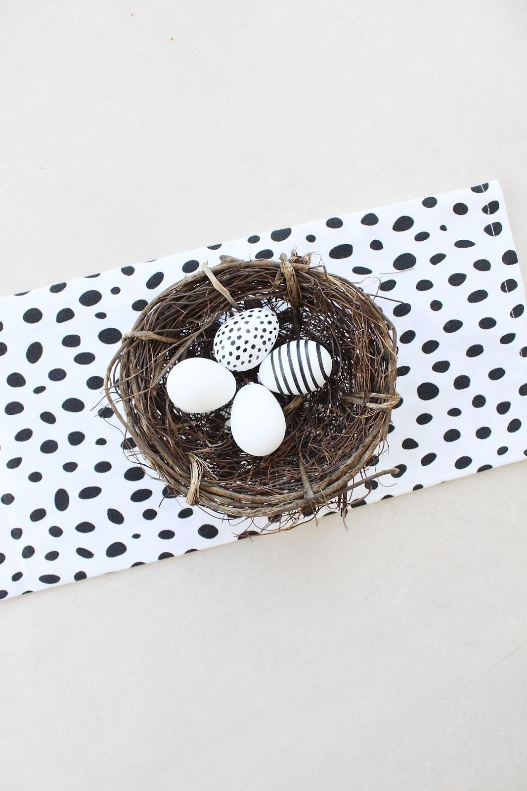 Minimalistische Osterdeko im Skandi Stil mit Osternest und Tischläufer aus Geschirrtuch