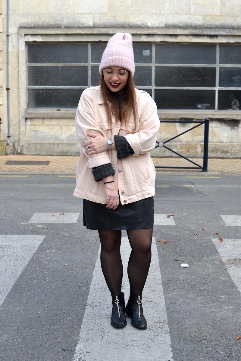 veste en jean rose Topshop, pull gris Pimkie, bonnet rose Zara, jupe simili cuir Zara, bottine zippé devant Stradivarius