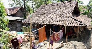 Rumah yang ditinggali Aswadi (85) bersama istri, anak dan cucunya kondisinya sangat memprihatinkan dan tak pernah mendapat bantuan pemerintah.