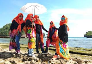 Kompak penampilan ibu-ibu wali murid SMPN 18 Malang saat di Pantai Goa Cina