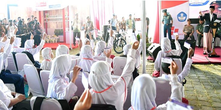 Presiden Joko Widodo (Jokowi) menyerahkan Kartu Indonesia Pintar (KIP) yang khusus diberikan untuk anak yatim piatu di Pekalongan.