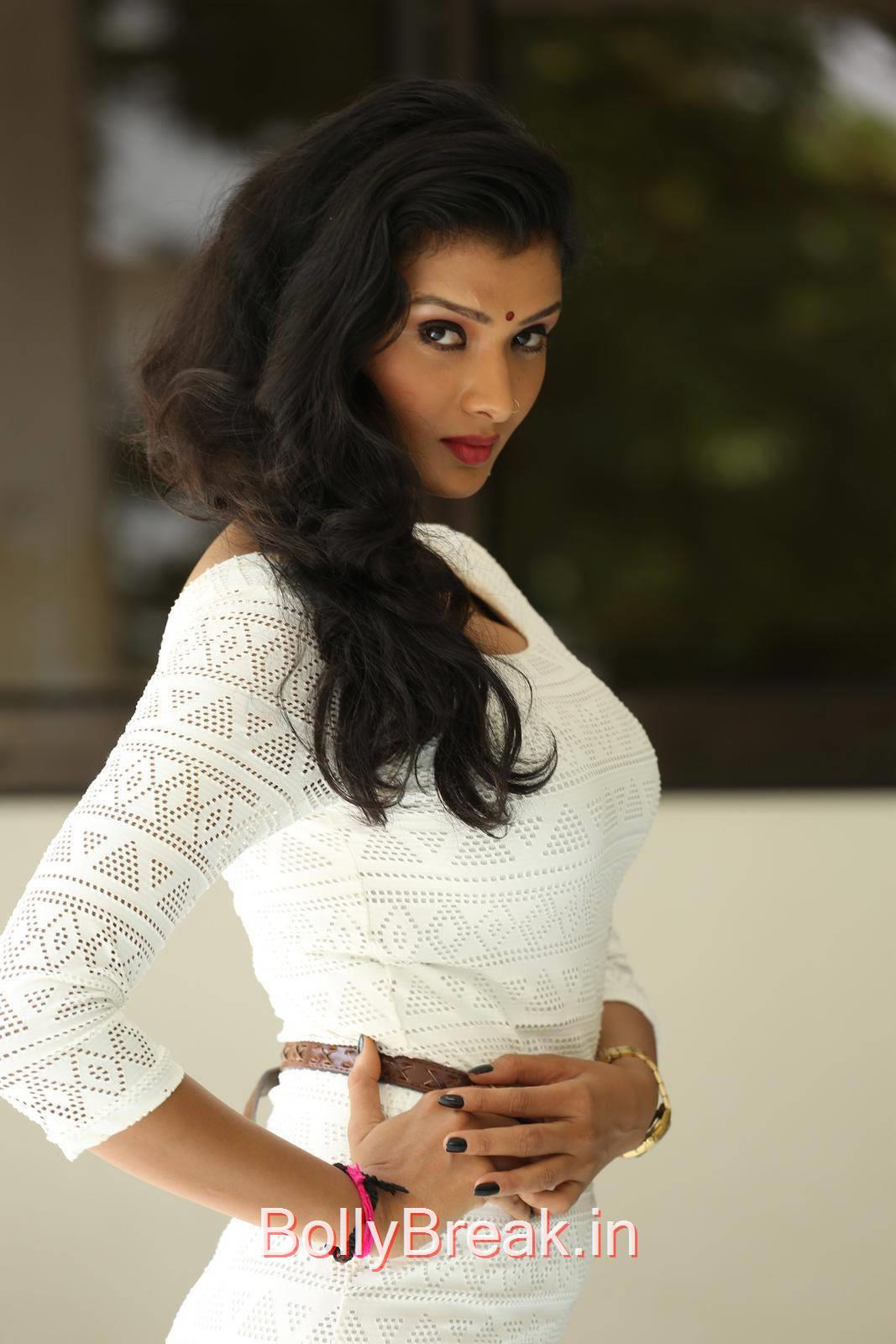 Ishita Pics, Actress Ishita Side Pose Hot Photo Gallery in HD