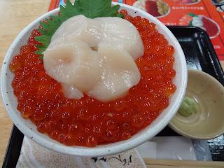 札幌場外市場の海鮮処おふくろでホタテいくら丼を食べる