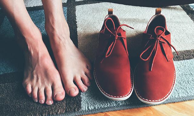 cara menghilangkan bau sepatu dengan cepat