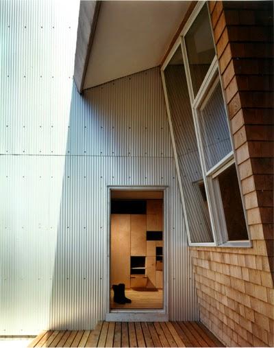 Un ángulo de la casa en donde se destacan elementos del diseño posmoderno