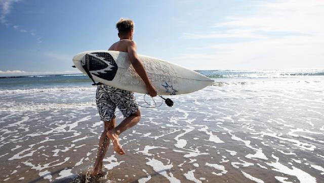 Surfista em praia de Miami
