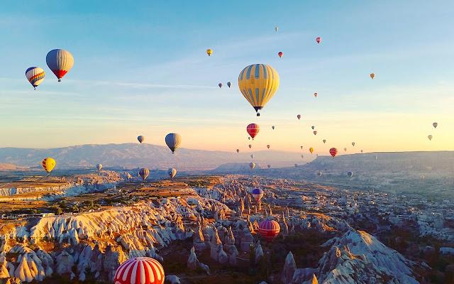 Bạn sẽ được bay xuyên qua những hẻm núi hệt như câu chuyện trong cổ tích. Chi phí cho trải nghiệm bay trên một chiếc khinh khí cầu ở Cappadocia thường rơi vào khoảng 180 đô la Mỹ. Đã mất công du lịch Thổ Nhĩ Kỳ, sao không thử một lần nhỉ?