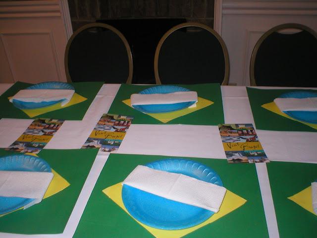 mesa enfeitada para a apresentação do Brasil