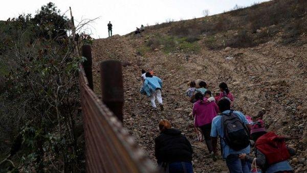 """Trump: Caravanas no pasan nuestra frontera porque """"es fuerte"""""""