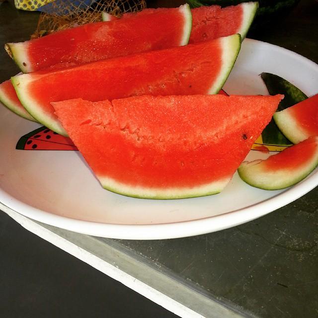 Para comer melancia com casca sem se lambuzar