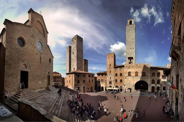 Informações sobre a Piazza del Duomo em San Gimignano