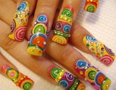 Foto de uñas con diseños coloridos