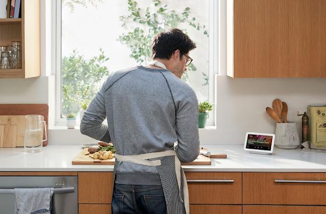 Ein Mann beim Kochen, der auf den Google Nest Hub schaut
