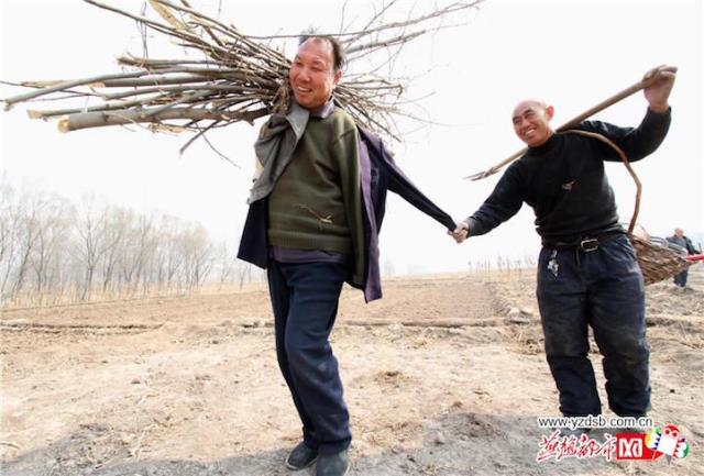 Un ciego y un hombre sin brazos plantan arboles