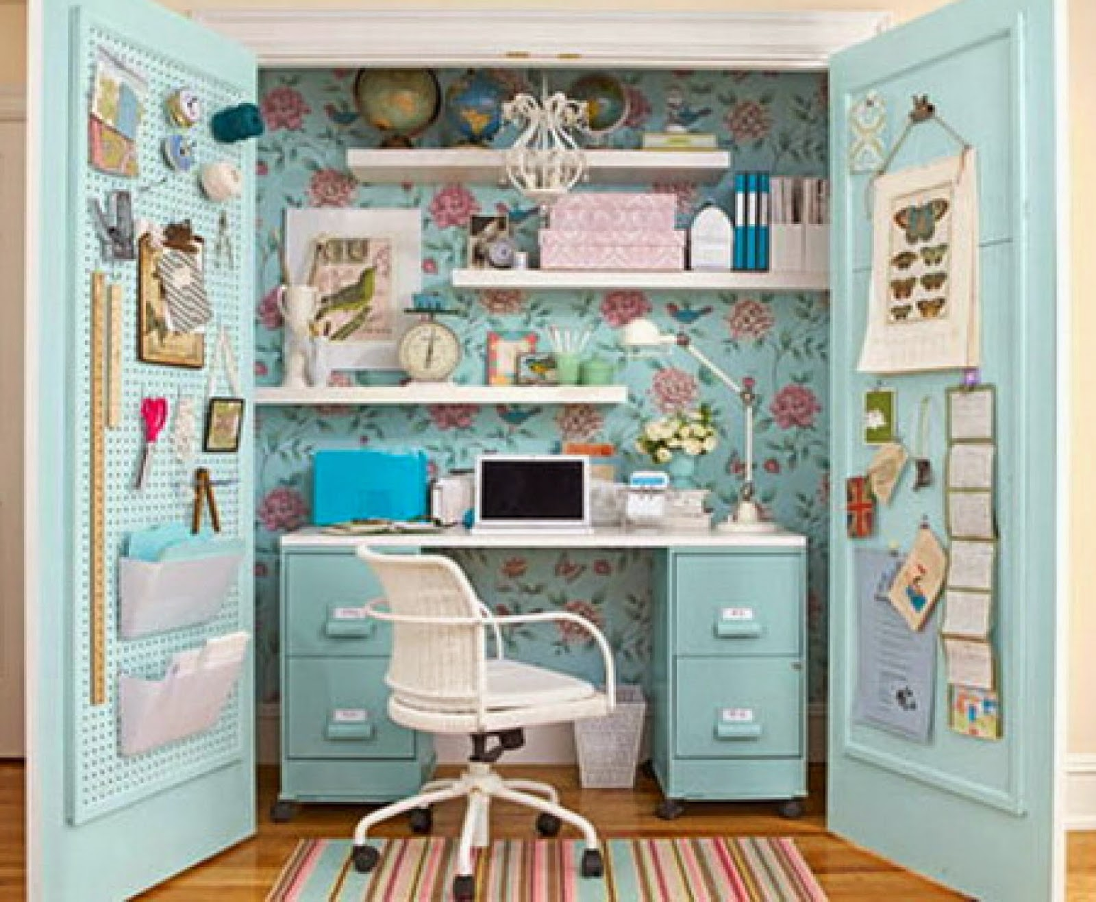 A desk in the closet home decor blog mydecolab for Armoire une porte