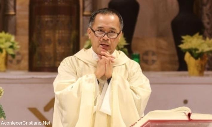 Sacerdote católico celebrando misa