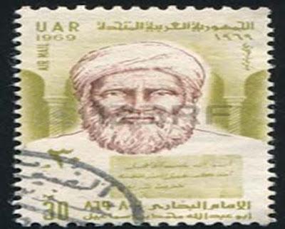 """Biografi Imam Bukhari    Nama lengkap Imam Bukhari merupakan Muhammad bin Ismail bin Ibrahim bin Al-Mughirah bin Bardizbah Al-Ju'fi Al-Bukhari. Beliau lahir pada hari Jum'at seusai shalat Jum'at, 13 Syawwal 194 H dikota bukhara. Maka tidak heran apabila beliau lebih terkenal dengan sebutan Al-Bukhari. Sebab pemakaian huruf 'al' dirasa tidak lebih familiar di Indonesia, maka masyarakat di sini menyebut beliau Imam Bukhari alias Bukhari. Bukhari dididik dalam keluarga yang berilmu. Ismail, Bapaknya, merupakan seorang pakar hadits yang memplajarinya dari sejumlah ulama terkenal. Semacam, Malik bin Anas, Hammad bin Zaid, serta Abdullah bin Al-Mubarak. Ayahnya wafat ketika Bukhari tetap kecil, jadi dirinya pun diasuh oleh sang bunda dalam kondisi yatim. Ayahnya meninggalkan Bukhari dalam kondisi yang berkecukupan dari harta yang halal serta berkah. Harta tersebut dijadikan Bukhari sebagai media untuk sibuk dalam menuntut ilmu.  Waktu kecil, kedua mata Bukhari buta. Sebuahketika ibunya bermimpi menonton Khalilullah Nabi Ibrahim AS berujar kepadanya, """"Wahai ibu, sesungguhnya Allah sudah memulihkan pengamatan putramu sebab tidak sedikitnya do'a yang kalian panjatkan kepada-NYA."""" Menjelang pagi harinya, bunda Imam Bukhari mendapati pengamatan anaknya sudah sembuh. Menginjak usia 16 tahun, dirinya bersama bunda serta kakaknya mengunjungi kota suci. Dirinya kemudian tinggal"""