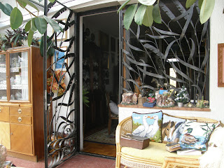 Beépített teraszokon és üvegházon is kell rács
