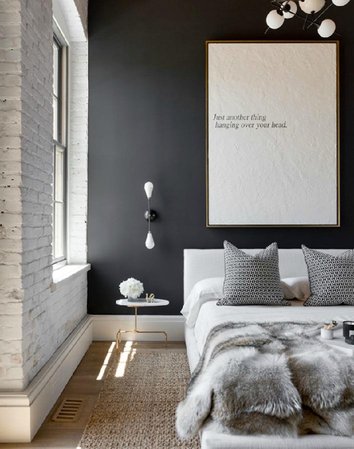 ¿Te atreves con una pared negra en el dormitorio?
