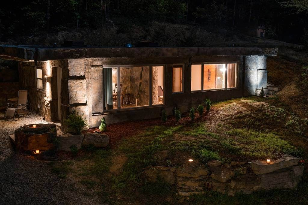 09-Lit-up-airbnb-The-Bedrock-Cave-Cottage-Architecture-www-designstack-co