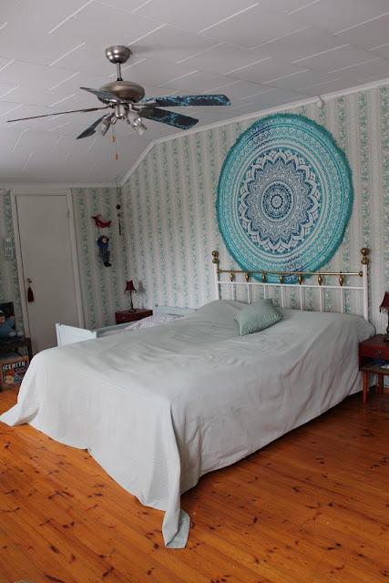 makuuhuone, värikäs koti, päiväpeitto, kukkatapetti, seinävaate, rintamamiestalo
