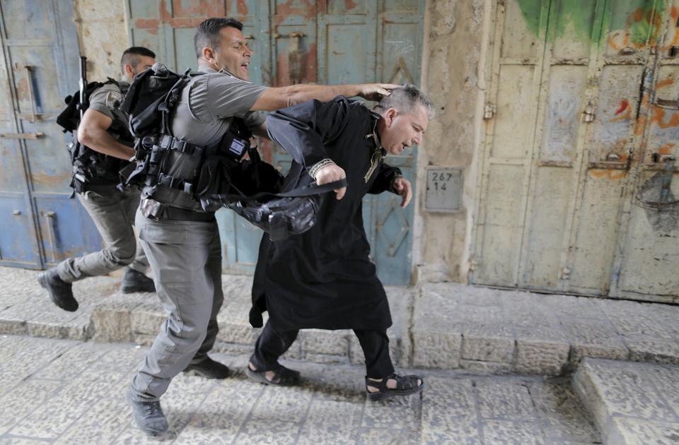 Video: Polisi Zionis Israel Injak Sajadah Masjid Al-Aqsa