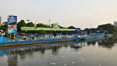 Monumen Kapal Selam Surabaya tepat berada di sisi Sungai Kalimas.