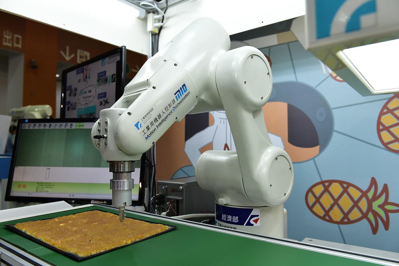 電腦選土豆不稀奇?來看有「感覺」、會挑鳳梨酥的機器人!