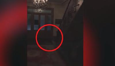 tiga hantu cilik turun dari tangga