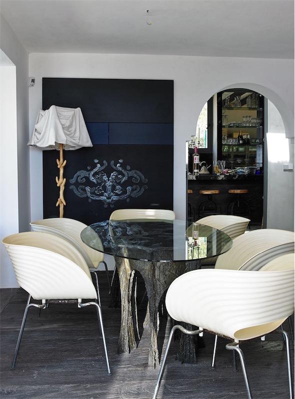 mesa de comedor con base escultura y sobre de cristal chicanddeco