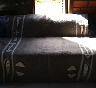 tecido feltrado com lã de ovelha cinza e com desenhos na cor branca
