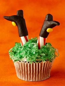 Кошмарное меню на Хэллоуин или Кухня ведьмы (выпечка), Хэллоуин, блюда на Хэллоуин, рецепты на Хэллоуин, праздничные блюда, оформление блюд на Хэллоуин, праздничный стол на Хэллоуин, блюда-монстры, меренги, безе, сладости, сладости на Хэллоуин, десерты на Хэллоуин, блюда мз яиц, блюда из белков, печенье на Хэллоуин, торты на Хэллоуин, пирожные на Хэллоуин, пицца на Хэллоуин, выпечка на Хэллоуин,Колдовские украшения кексов http://prazdnichnymir.ru/