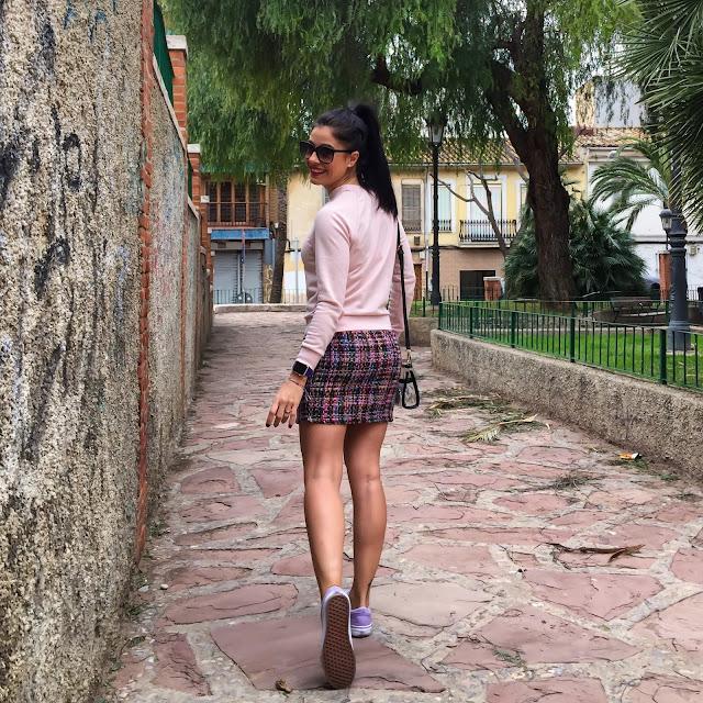 LADY OUTFIT Falda de TWEED, SUDADERA, bolso transparente y VANS Old Skool