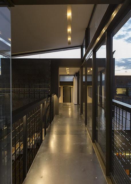 ทางเดินในบ้านโครงสร้างเหล็ก