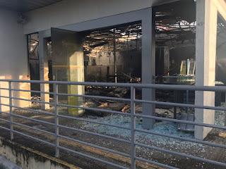 Bandidos explodem caixas de banco e fogem após troca de tiros com a PM na Grande Natal