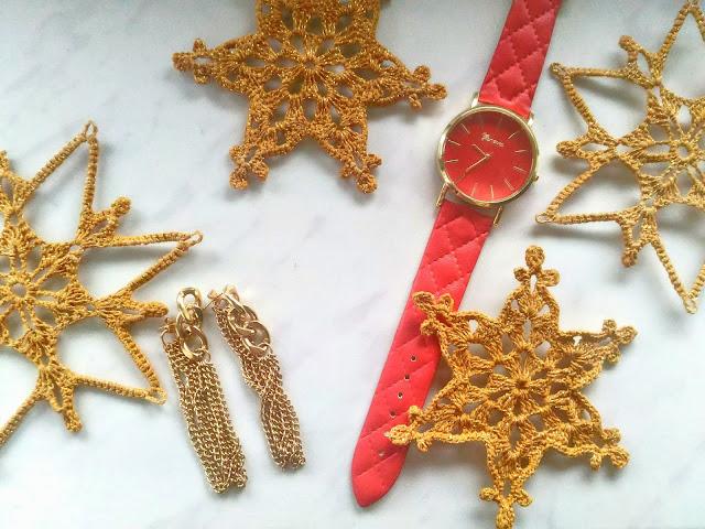 zegarek Geneva na czerwonym pikowanym pasku i świąteczne szydełkowe gwiazdki