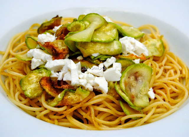 Espaguetis con Queso Fresco y Calabacines fritos