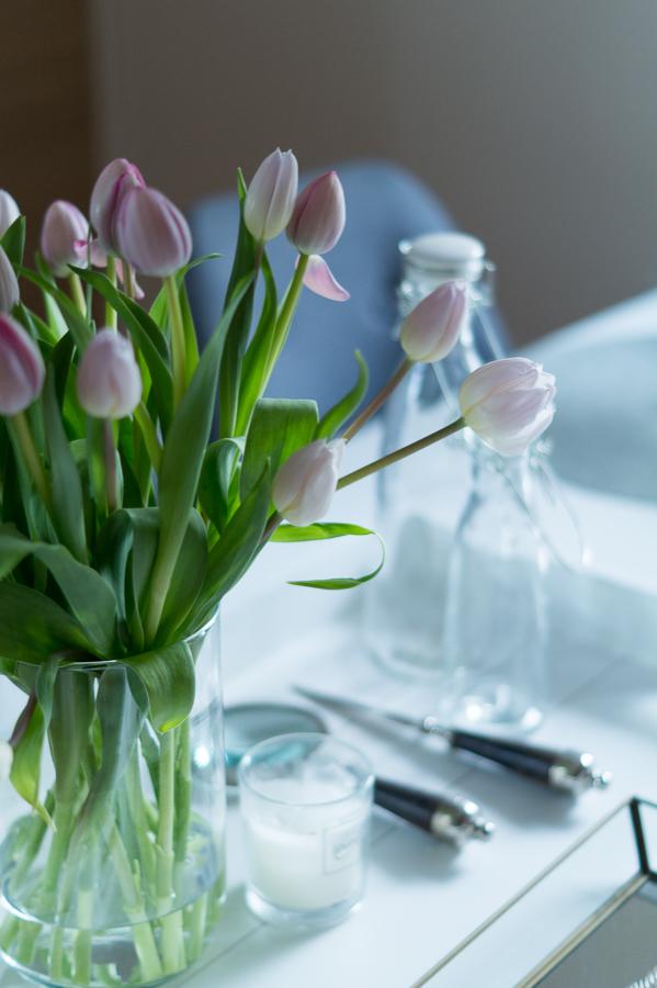 Blog + Fotografie by it's me!   fim.works   Tulpen in fliederfarben und Weiß